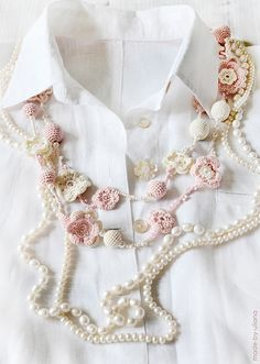 Gorgeous combination of pearls and crochet - necklace Jewelry Crafts, Handmade Jewelry, Girly, Couture, Crochet Accessories, Fashion Lookbook, Beautiful Gowns, Crochet Flowers, Crochet Projects
