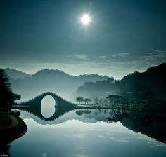Mondbrücke, Taipeh, Taiwan. Diese Brücke ist keine 50 Jahre alt, aber trotzdem wunderschön.