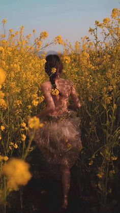 Image about beauty in smile girls by Alain on We Heart It photoshoot Image about beauty in summer by nea on We Heart It Nature Aesthetic, Aesthetic Vintage, Aesthetic Photo, Aesthetic Girl, Aesthetic Pictures, Photographie Portrait Inspiration, Girls With Flowers, Shooting Photo, Aesthetic Wallpapers