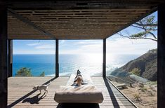 A dramatic cliff overlooks the Pacific Ocean from this peaceful, undeveloped region of Chile. The Chilean Beach Pavilion House by WMR Arquitectos has Contemporary Architecture, Architecture Design, Casas Containers, Eco Friendly House, Great View, Pavilion, House Tours, Interior And Exterior, Beautiful Homes