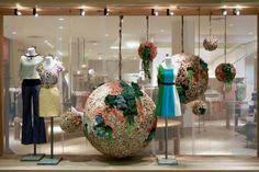 Les magasins Anthropologie font souvent parler d'eux avec leurs vitrines créative. Voici un décor en bouchons de liège et succulente...