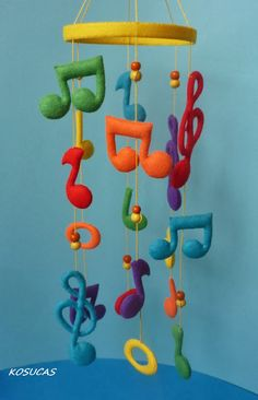 Felt mobile with musical notes. Móvil de fieltro con notas musicales.