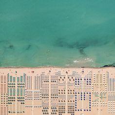 A simetria dos objetos em praias da Toscana