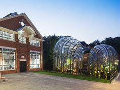 Thomas Heatherwick has just completed work on two glasshouses for gin company Bombay Sapphire in Hampshire, England.