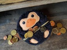 Bloodsucker We caught this little coin-loving crook in the act. But I also can't be mad at this cute Niffler from Fantastic Beasts and where to find them. But you can definitely be sure, your money is well kept at Niffler. Harry Potter Diy, Natal Do Harry Potter, Harry Potter Navidad, Harry Potter Weihnachten, Harry Potter Thema, Harry Potter Enfants, Harry Potter Bricolage, Harry Potter Christmas Decorations, Diy Deodorant
