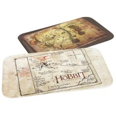 Set di due taglieri in melammina con stampa The Hobbit Map. Dimensioni: 23,5 x 14,5 cm circa.
