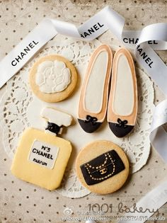 prettiest Cookies ever. Sorry - I like Chanel! Fancy Cookies, Iced Cookies, Cute Cookies, Royal Icing Cookies, Sugar Cookies, Cookies Et Biscuits, Yummy Cookies, Chanel Cookies, Chanel Cake