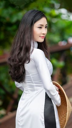 Sexy girls near you! Vietnamese Traditional Dress, Vietnamese Dress, Traditional Dresses, Ao Dai, Beautiful Girl Indian, Gorgeous Women, Oriental Fashion, Beauty Full Girl, Asian Woman