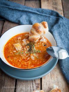 Zupa gołąbkowa to danie bardzo syte i pożywne. W zasadzie można by ją zakwalifikować do dania jednogarnkowego, gdyż zupa bardzo gęstnieje gdy nieco postoi. Oczywiście nabiera smaku z czasem, więc…