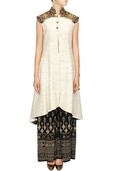 Tarun Tahiliani presents Ivory jute embroidered front open jacket available only at Pernia's Pop-Up Shop. Elegant Saree, Elegant Dresses, Nice Dresses, Casual Dresses, Indian Attire, Indian Ethnic Wear, Latest Designer Sarees, Designer Dresses, Indian Dresses