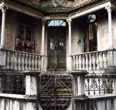 Although it's abandoned it must have been gorgeous! The details are amazing <3