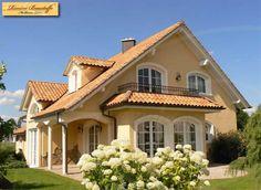 Villa mit Satteldach und Erker. Südländischer Flair in Deutschland. Mediterraner Hausbau