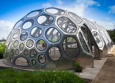 SPACEPLATES GREENHOUSE takes advantage of its light material and a structural method called pure plate structures, which combines compression and tension forces working within the cladding material itself, needing no primary supportive structure. The geometrical and structural characteristics allow for extremely economical and simple building systems at any scale from small units to larger spans.