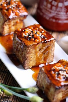 Glazed Tofu with Sriracha Pearls. Make these fiery sriracha pearls using a simple molecular cooking technique! Tofu Recipes, Cooking Recipes, Cooking Tofu, Dinner Recipes, Aperitivos Vegan, Vegan Vegetarian, Vegetarian Recipes, Vegan Foods, Yummy Food