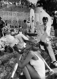 Anthony Perkins and Melina Mercouri on the set of Phaedra, directed by Jules Dassin Photo by James Burke. Greece Pictures, Old Pictures, Old Photos, Greece History, Anthony Perkins, Cinema Theatre, History Of Photography, Old London, Sophia Loren