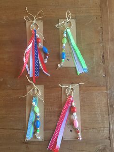 Cadeautje voor juf: sleutelhanger met lint en kralen Bead Crafts, Diy And Crafts, Crafts For Kids, Arts And Crafts, Backpack Keychains, Kawaii Jewelry, Diy Keychain, Adult Crafts, Pony Beads