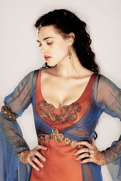 Katie McGrath U. Katie McGrath is best known for portraying Morgana on the BBC One series Merlin Morgana Le Fay, Merlin Morgana, Medieval Fashion, Medieval Clothing, Merlin Colin Morgan, Lena Luthor, Nerd Chic, Katie Mcgrath, Cute Beauty