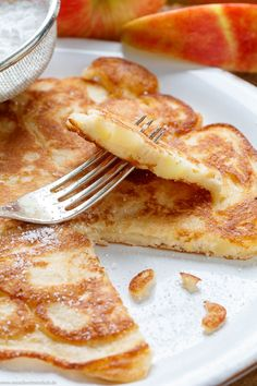 Apple pancakes classic and fluffy The simple and quick recipe. My fluffy, thick pancake batter is crisscrossed with crunchy pieces of apple. Freshly made in the pan with just a few ingredients from your stock in 30 minutes. Easy Baking Recipes, Quick Recipes, Clean Recipes, Quick Easy Meals, Healthy Recipes, Cooked Apples, Fresh Apples, Food Porn, Food And Drink
