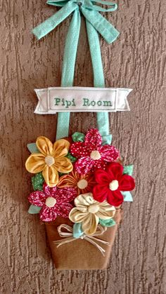 Enfeite pra porta de banheiro em feltro e flores de fuxico.