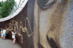 Mozaika ma wiele odcieni, dzięki użyciu ziaren kawy o różnym stopniu palenia.