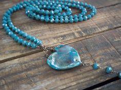 Collana artigianale in ceramica  lunga elegante con ciondolo raku a forma di cuore e fiore, gioiello made in italy blu con perle vetro blu di LaGrenouilleCeramica su Etsy
