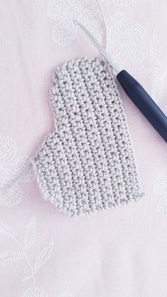 Free instructions for crocheting simple clouds Crochet Bookmark Pattern, Crochet Bookmarks, Crochet Patterns Amigurumi, Baby Set, Fun Projects, Crochet Projects, Crochet Cake, Crochet Mobile, Mobiles