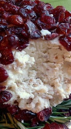 Christmas Cranberry Cheese Ball with white cheddar, kirsch liqueur and pecans holiday recipes christmas appetizers Christmas Friends, Christmas Party Food, Christmas Appetizers, Christmas Cooking, Appetizers For Party, Yummy Appetizers, Appetizer Recipes, Christmas Sweets, Cranberry Cheese