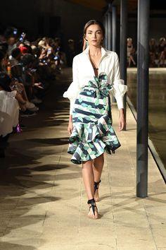 Bold diagonal stripes n leaf print Runway Fashion, Girl Fashion, Fashion Show, Fashion Dresses, Womens Fashion, Fashion Design, Fashion Trends, Mode Style, Skirt Outfits