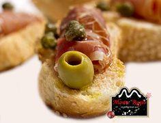 Pan con tomate, aceitunas y jamón ibérico #MonteRegio ¡No existe mejor forma de empezar el día!