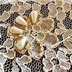 Se viene fin de año..empiezan las fiestas y los bordados de gala empiezan a… Pearl Embroidery, Couture Embroidery, Bead Embroidery Jewelry, Beaded Jewelry Patterns, Embroidery Fashion, Ribbon Embroidery, Beading Patterns, Embroidery Designs, Sewing Hacks