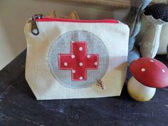 Petite trousse à pharmacie vintage en toile de lin ancienne et croix rouge : Trousses par rouge-lin-et-bois