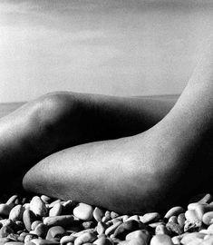 Bill Brandt fue un artista dotado con capacidad para solidificar la luz; el manejo del alto contraste en su obra permitió dar al cuerpo un aspecto de mármol