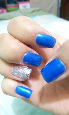 Uñas azules y plata