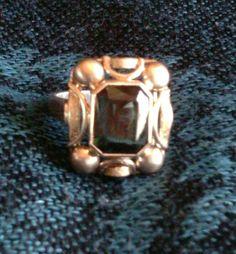 **Jugendstil-Ring aus hellem 333er Gelbgold mit grünem, synthetischen Spinell.**  Der Spinell wurde im Verneuil-Verfahren hergestellt. Schönes Grün. Innendurchmesser der Ringschiene: 16,5 mm,...