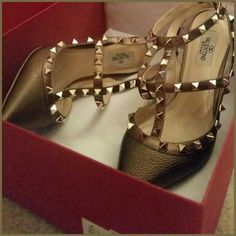 Never worn! Valentino Bronze Rockstud shoes Gorgeous! Never worn, Valentino Golden Brown Bronze Rockstud heels pumps shoes 39 fits 7.5/8 it's very narrow in front Box and dust bag can be included or not, depending on sale price Trade $900 Valentino Shoes