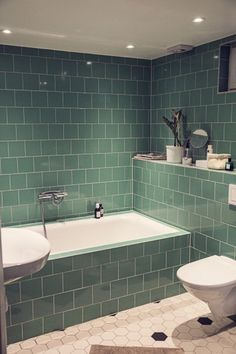 Brita Zackari's badrum - green staggered tiling with built in bath tub Bathroom Inspo, Bathroom Inspiration, Bathroom Interior, Interior Inspiration, Bathroom Ideas, Small Bathroom, Master Bathroom, Decoration Inspiration, Cool Apartments