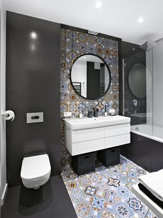 This beautiful grey bathroom has mixed things up a little by adding a stunning section of floor to ceiling patterned tiles.