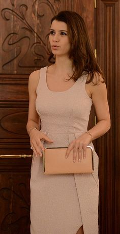 Beren Saat'in İntikam'ın 14. bölümünde giydiği pudra tonlarındaki elbise Machka, portföy çanta ise Beymen Club'a ait.