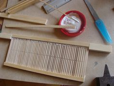 Make a rigid heddle ( It's in Romanian, but with all the pictures you'll need to understand the directions. Card Weaving, Loom Weaving, Weaving Projects, Fun Projects, Tenerife, Art Du Fil, Loom Knitting, Fruit Of The Loom, Needlework