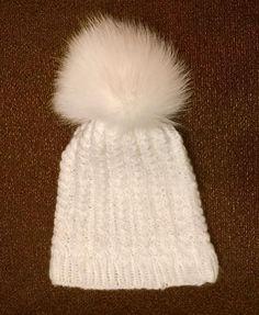 Άσπρο χειροποίητο πλεχτό μάλλινο σκουφάκι με  πραγματικό γούνινο άσπρο πομ πομ / White handmade knitted woolen hat with real fur white pom pom