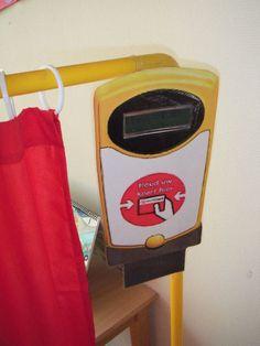 Maak van de poppenhoek een grote rode bus: de passagiers gebruiken hun abonnement, de chauffeur brengt hen ter plaatse, ...