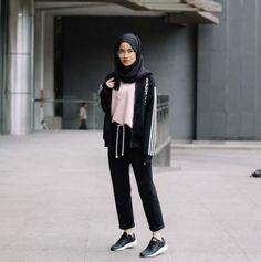 Pin by farah on hijab style hijab fashion hijab outfit fashion. Hijab Casual, Ootd Hijab, Hijab Chic, Hijab Elegante, Casual Shoes, Hijab Sport, Sports Hijab, Sport Fashion, Trendy Fashion