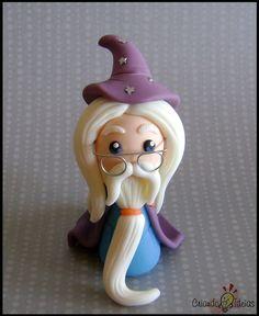 Albus Dumbledore, personagem da saga Harry Potter, em versão chibi (estilo infantil simplificado), ideal para presentear! 10cm de altura, aproximadamente.  Ele vai com base de acrílico.  Material utilizado: porcelana fria (biscuit). OBS: O prazo de produção está sujeito a alteração, de acordo com a nossa agenda de pedidos no momento.  ----------- Novidade! ----------- Tenho também vários outros personagens do livro neste mesmo estilo chibi! Você pode conferí-los na imagem ao lado ou os…