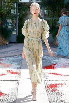 The complete Luisa Beccaria Spring 2018 Ready-to-Wear fashion show now on Vogue Runway. Vogue Fashion, Fashion 2018, Fashion Week, Diy Fashion, Runway Fashion, Spring Fashion, Fashion Dresses, Fashion Design, Fashion Trends