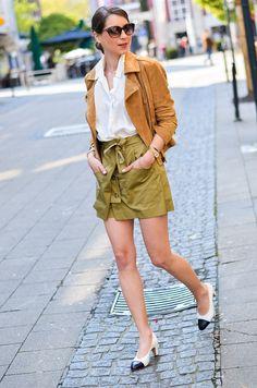 OUTFIT - KHAKI SKORTS & CHANEL VINTAGE PUMPS - Look / Street / Style / Zara / asos / brown / leatherjacket / blouse / shirt / classics /  chic / casual / parisian / parisienne / blog / Blogger / Deutschland / Germany / spring / summer / trend / skirt / shorts / Rock