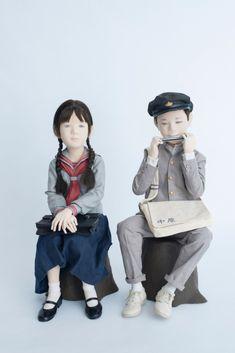 与氏が創り出す人形たちは布の彫刻と称され、日本の郷愁や温かさを表現し、子供の明るい声や風や音、自然の匂いまで感じさせてくれる生き生きとした造形が特徴。昨年傘寿を迎え、今年の2月にその記念の展覧会をパリ