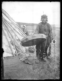 1927. Шаман перед чумом