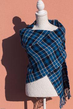 Guarda questo articolo nel mio negozio Etsy https://www.etsy.com/it/listing/486060551/sciarpa-tartan-blu-in-lana-mista-tessuta #etsy #handmade #scarf