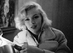 Description: Marilyn Monroe, Los Angeles- Candids from Look sitting- flowered blouse, w/ Fluer Cowles, camel coat and Balalaika/ Mandolin w/ editors Marilyn Monroe - Candids with Milton Greene & Look Editors - Fleur Cowles Milton Greene, Marilyn Monroe Fotos, Marylin Monroe, Viejo Hollywood, Old Hollywood, Hollywood Icons, Hollywood Glamour, Hollywood Stars, Hollywood Actresses