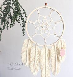 How to make a Macramé pen – Macrame Macrame Wall Hanging Diy, Macrame Art, Macrame Projects, Macrame Knots, Macrame Jewelry, Crochet Projects, Yarn Crafts, Sewing Crafts, Diy Crafts